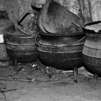 drie-pots-in-abandoned-hut1