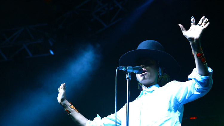 ERYKAH-ON-STAGE-