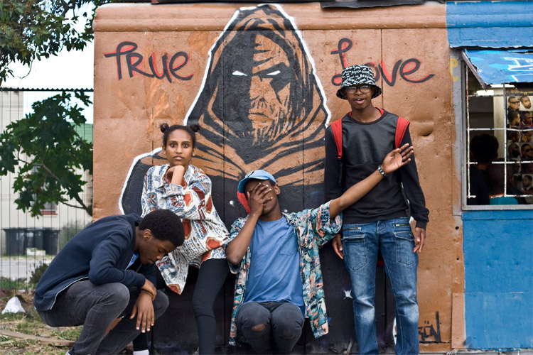 langa-hipsters-pose-in-front-of-true-love-graf